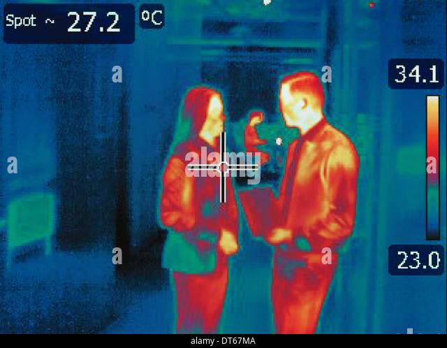Imagen térmica infrarroja en la discusión de los empleados de la oficina. Imagen De Stock