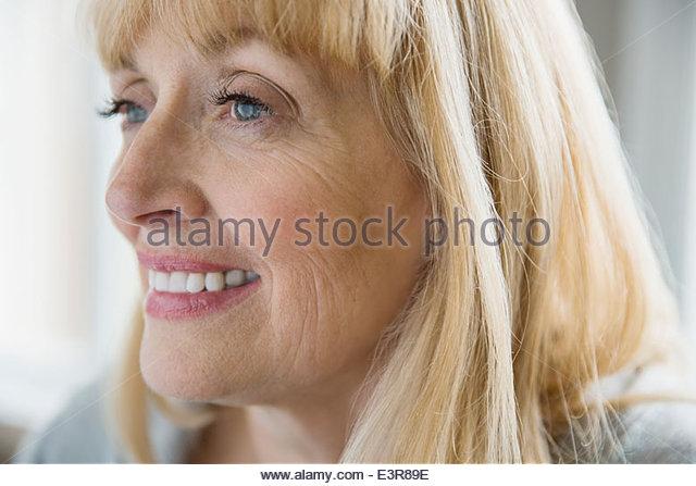 Cerca de la mujer sonriente Imagen De Stock