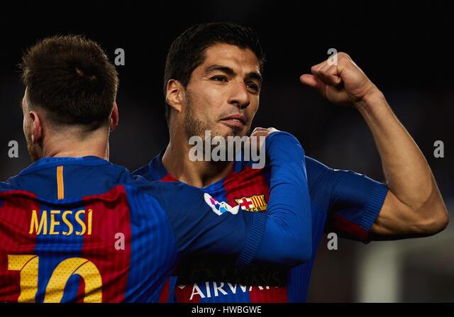 Barcelona, España. 19 Mar, 2017. Lionel Messi (FC Barcelona) celebra con su compañero Luis Suárez Imagen De Stock