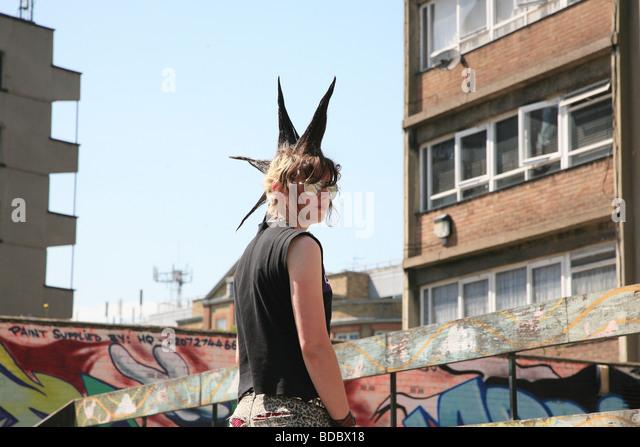 Une fille punk 'Rae Ray émeutes' avec un grand, Mohican Shoreditch, London, UK 2012 Photo Stock