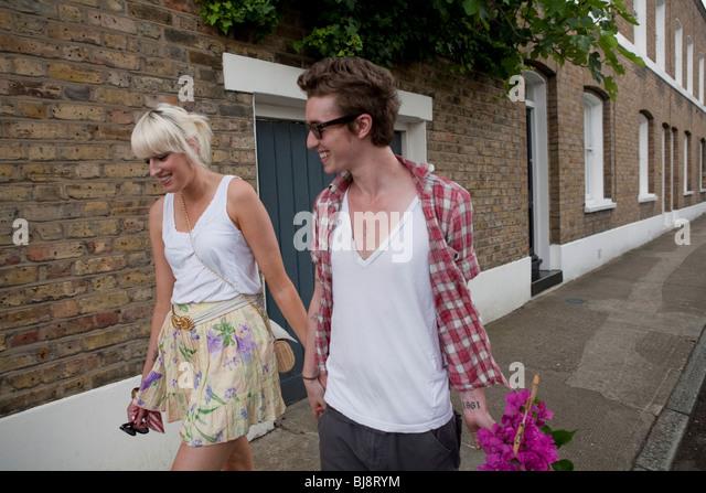 Couple walking home de marché aux fleurs en été, Londres, Angleterre, Royaume-Uni, Europe Photo Stock
