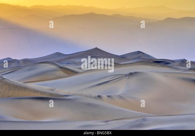 Dunes de sable dans un désert, Mesquite Dunes plat, la vallée de la mort, Panamint Range, California, Photo Stock