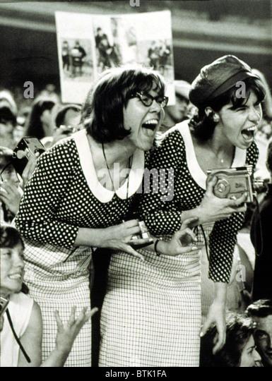 BEATLES FANS crier à un concert au Shea Stadium, NEW YORK, 15/08/65, l'affichage de ce qu'on appelle, Photo Stock