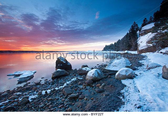 Ciel coloré à l'aube au four à Råde, Østfold fylke, le sud-est de la Norvège. Photo Stock