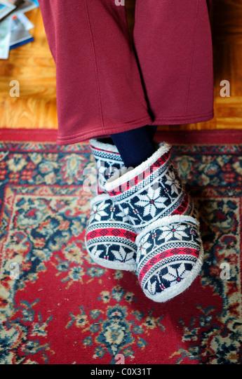 Vieille dame portant des chaussons. Photo Stock