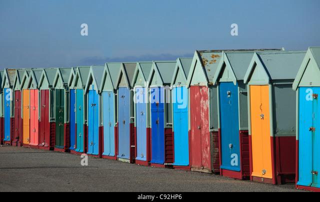 Brighton a lignes colorées de beachhuts sur le front. Les portes sont peintes de couleurs vives. Photo Stock