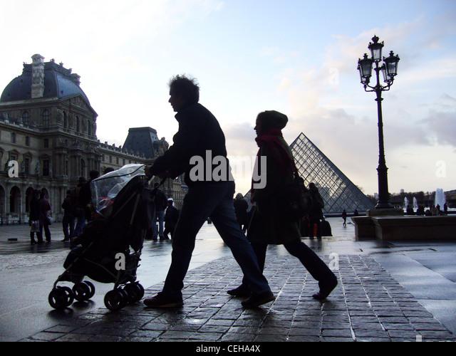 Silhouettes sur un jour de pluie en place du Carrousel du Louvre, Paris, France Photo Stock