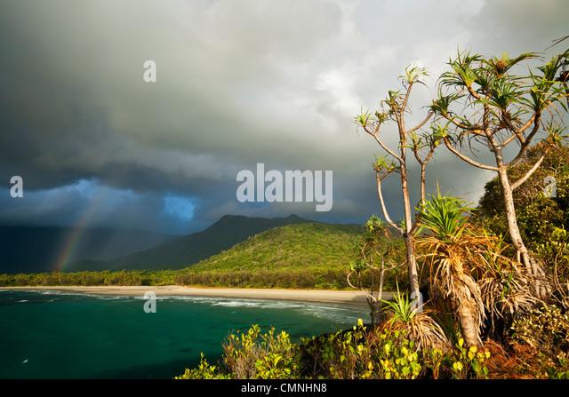 Avis de Myall Beach pendant la tempête de pluie du matin. Cape Tribulation, parc national de Daintree, Queensland, Photo Stock