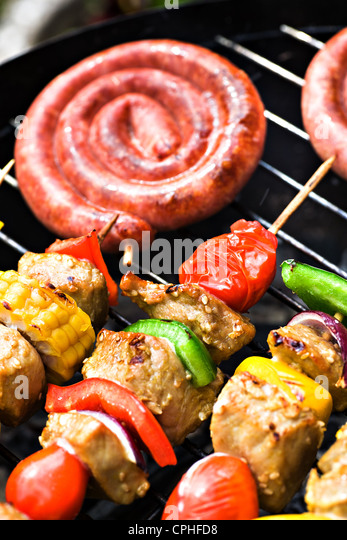 L'arrêt de près de saucisses sur le grill Photo Stock
