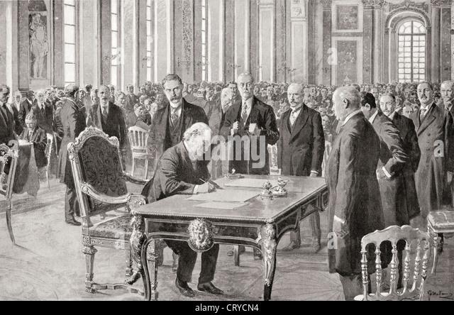 M. Lloyd George signe le Traité de paix avec l'Allemagne, le 28 juin 1919, dans la galerie des Glaces, Photo Stock