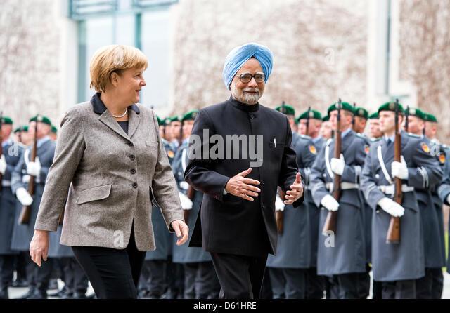 Berlin, Allemagne.11 avril 2013.La chancelière allemande, Angela Merkel se félicite le Premier Ministre Photo Stock