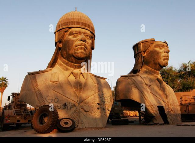 Juin 04, 2006; BAGDAD, IRAQ, a renversé les statues de 20 pieds de Saddam Hussein, prises à partir Photo Stock