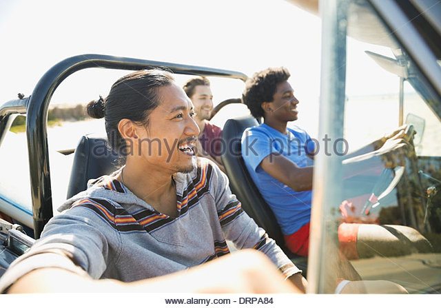 Bénéficiant d'amis masculins road trip Photo Stock