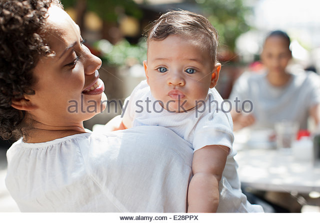 La mère, le fils et l'ami à la terrasse d'un café Photo Stock