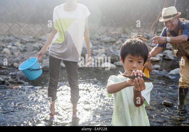La pêche en famille dans un ruisseau. Photo Stock