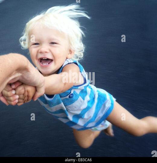 En train de provoquer l'enfant autour de Photo Stock