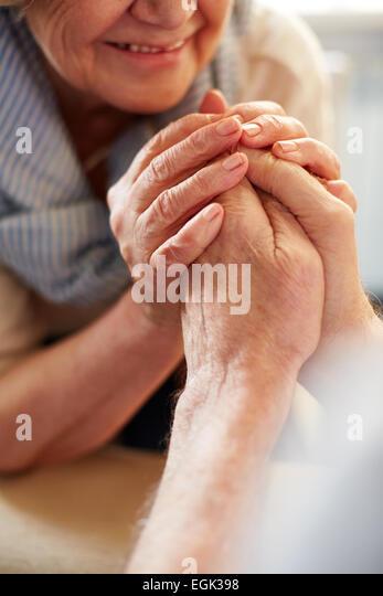 Mains d'aînés affectueux Photo Stock