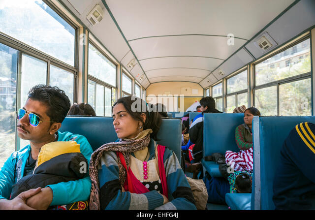 Un jeune couple indien et de l'enfant sur le chemin de fer Kalka-Shimla, Himachal Pradesh, Inde Photo Stock