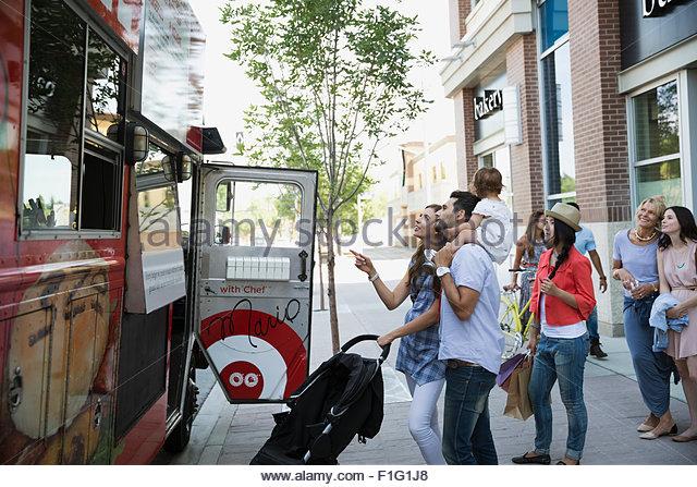 Les clients à l'extérieur de camion alimentaire on sidewalk Photo Stock