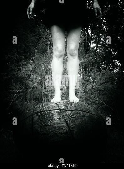 Femme debout sur le dessus de l'objet circulaire en bois Photo Stock