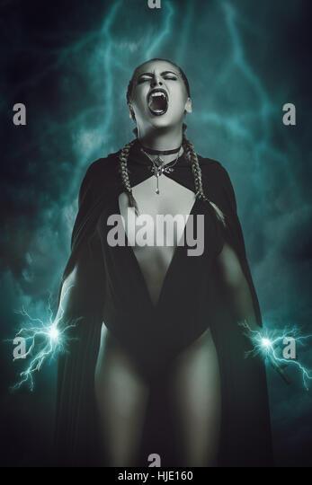 Thunder sorcière appelant des pouvoirs magiques . Fantasy et surréaliste studio shot Photo Stock