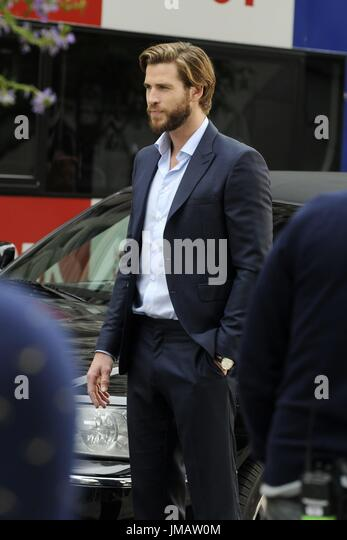 La ville de New York. Le 25 juillet, 2017. Liam Hemsworth est vu de l'ensemble de 'n'est ce pas romantique' Photo Stock