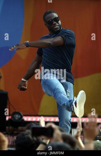 New York, New York, USA. 28 juillet, 2017. L'acteur Kevin HART lance un ballon de plage à l'auditoire Photo Stock