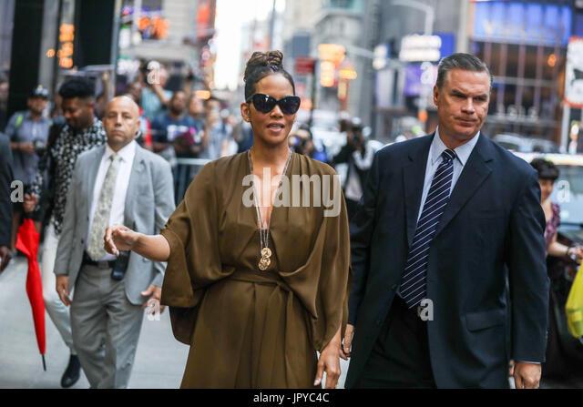 New York, USA. 3e août, 2017. L'actrice américaine Halle Berry est vu en arrivant sur un programme Photo Stock