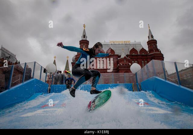 Moscou, Russie. 25 août, 2017. Un homme saute sur flowboard à l'avant de la place Rouge dans le centre Photo Stock