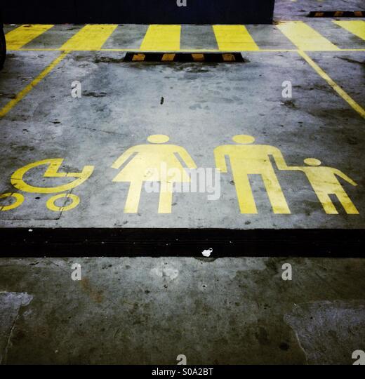 Place de stationnement réservés aux familles avec poussettes Photo Stock