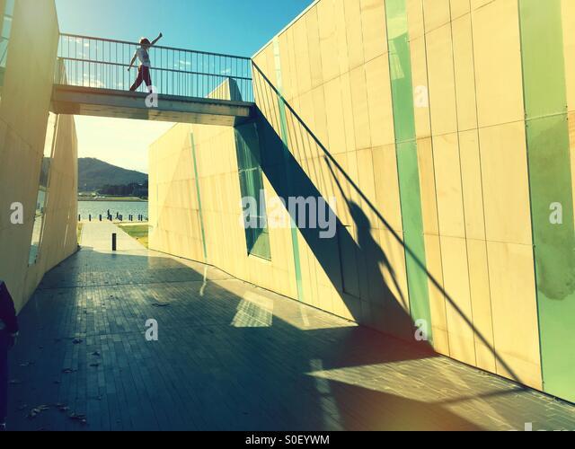 Un garçon enjamber un pont au-dessus d'un passage inférieur Photo Stock