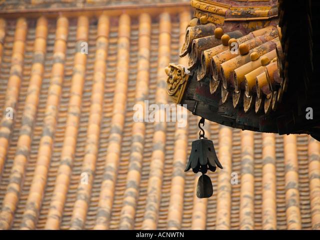 Bell e dettaglio del tetto al tempio Lama Yonghegong a Pechino 2007 Immagini Stock
