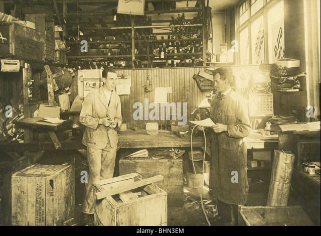 1920 foto del meccanico nel garage Linscott Motor Company, 690 Commonwealth Avenue, Boston, Massachusetts. Immagini Stock