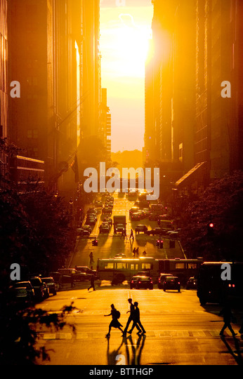 Vista al tramonto della 42nd Street in Estate, New York City. Immagini Stock