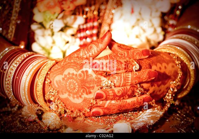 Un indiano si sposa con le sue mani dipinte con henné. Immagini Stock