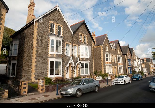 Una fila di solidamente costruito 1930 semi staccate case di città in Aberystwyth, Ceredigion, Wales UK Immagini Stock