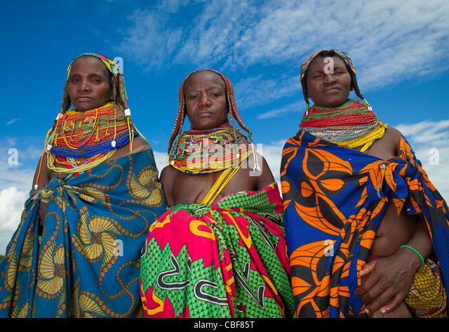 Mwila donne con toga, Area Chibia, Angola Immagini Stock