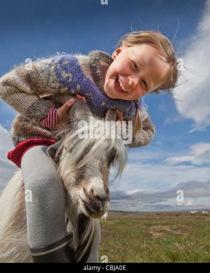 La ragazza con la capra, allevamento di capre, Islanda Immagini Stock