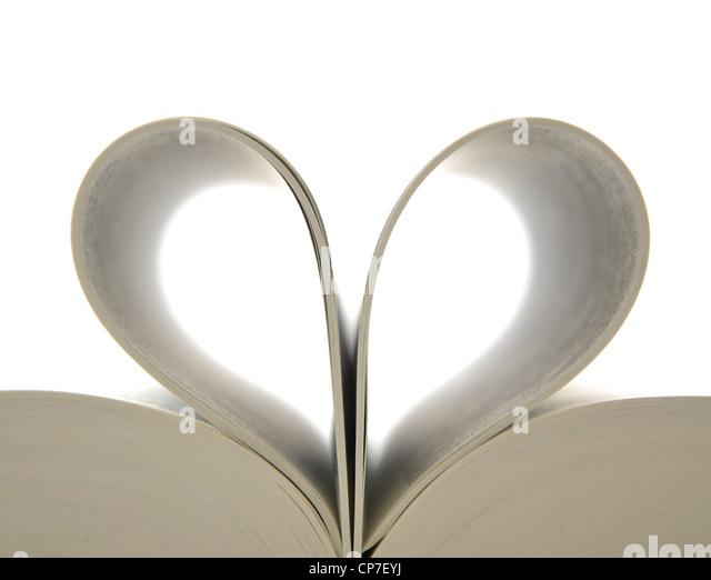 Prenota con pagine aperte e forma del cuore Immagini Stock