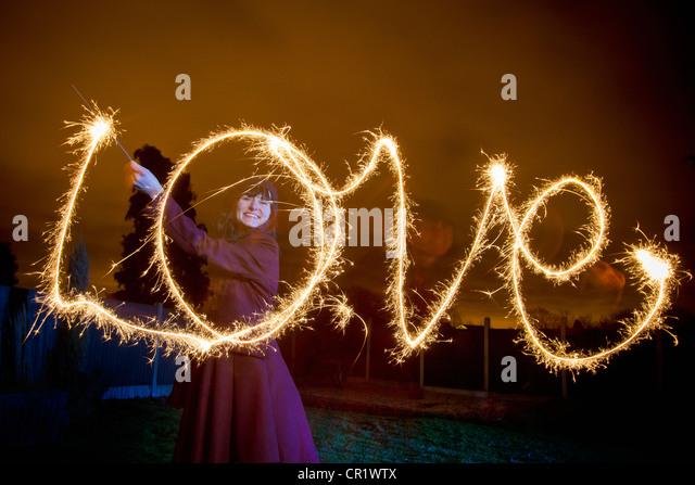 Donna amore di scrittura con sparkler Immagini Stock