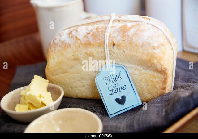 Filone di pane con burro su tela Immagini Stock