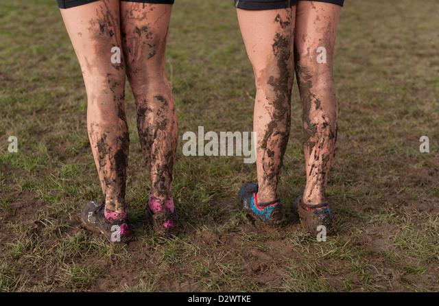 Cross Country Championships senior e tra le giovani ragazze condizioni estremamente fangose opener fango sul retro Immagini Stock