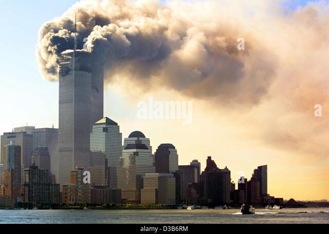 (Dpa) - nuvole di fumo salire dalla combustione piani superiori appena prima le torri gemelle del World Trade Center Immagini Stock