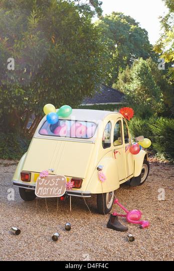 Sposa la vettura di decorata con palloncini Immagini Stock