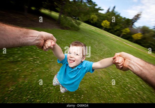 Padre figlio di filatura all'aperto nel parco Immagini Stock
