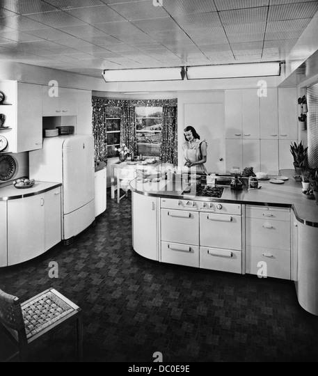 Anni Cinquanta casalinga che lavora nella moderna cucina elettrica Immagini Stock