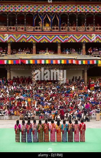 Il Bhutan, Thimpu Dzong, Tsechu annuale, femmina ballerini folk di eseguire tra danze Immagini Stock