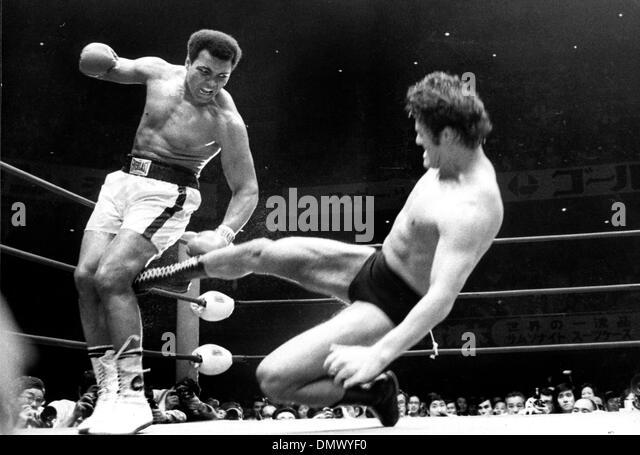Apr. 11, 1956 - Tokyo, Giappone - Muhammad Ali o Cassio argilla, come la dominante heavyweight boxer degli anni Immagini Stock
