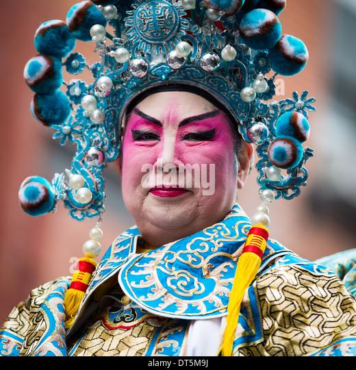 Orgoglioso uomo cinese che indossa il trucco sfilate presso il nuovo anno lunare Festival in Chinatown. Immagini Stock