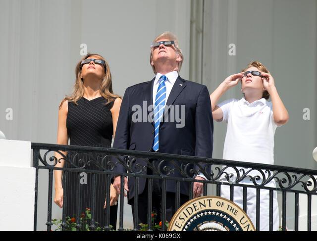 Il Presidente degli Stati Uniti, Trump, centro, accompagnato dalla first lady Melania Trump, sinistra e Barron Trump, Immagini Stock